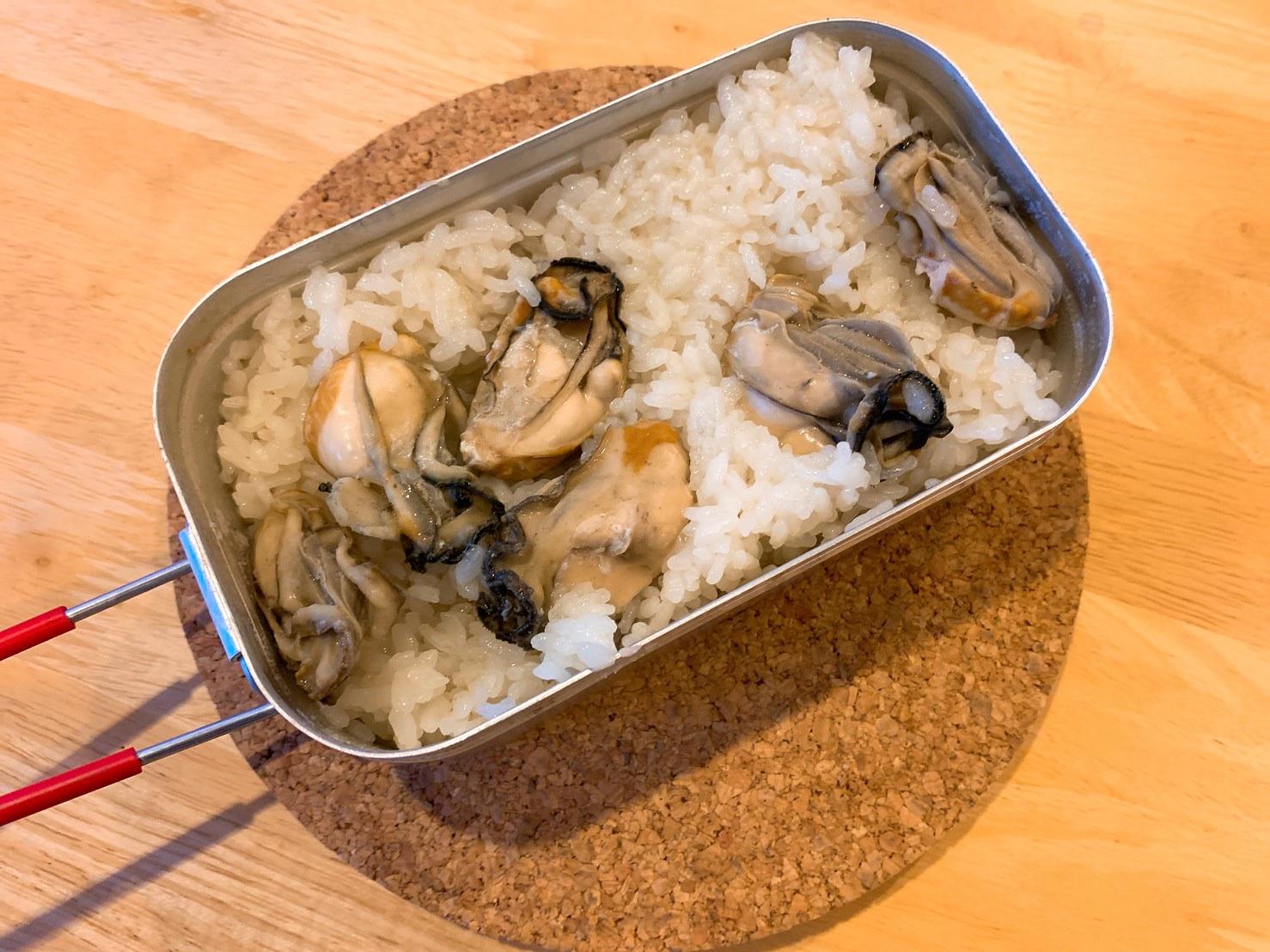 一粒一粒が美味しい!メスティン飯「鶏ガラ出汁の牡蠣の炊込みご飯」のレシピ