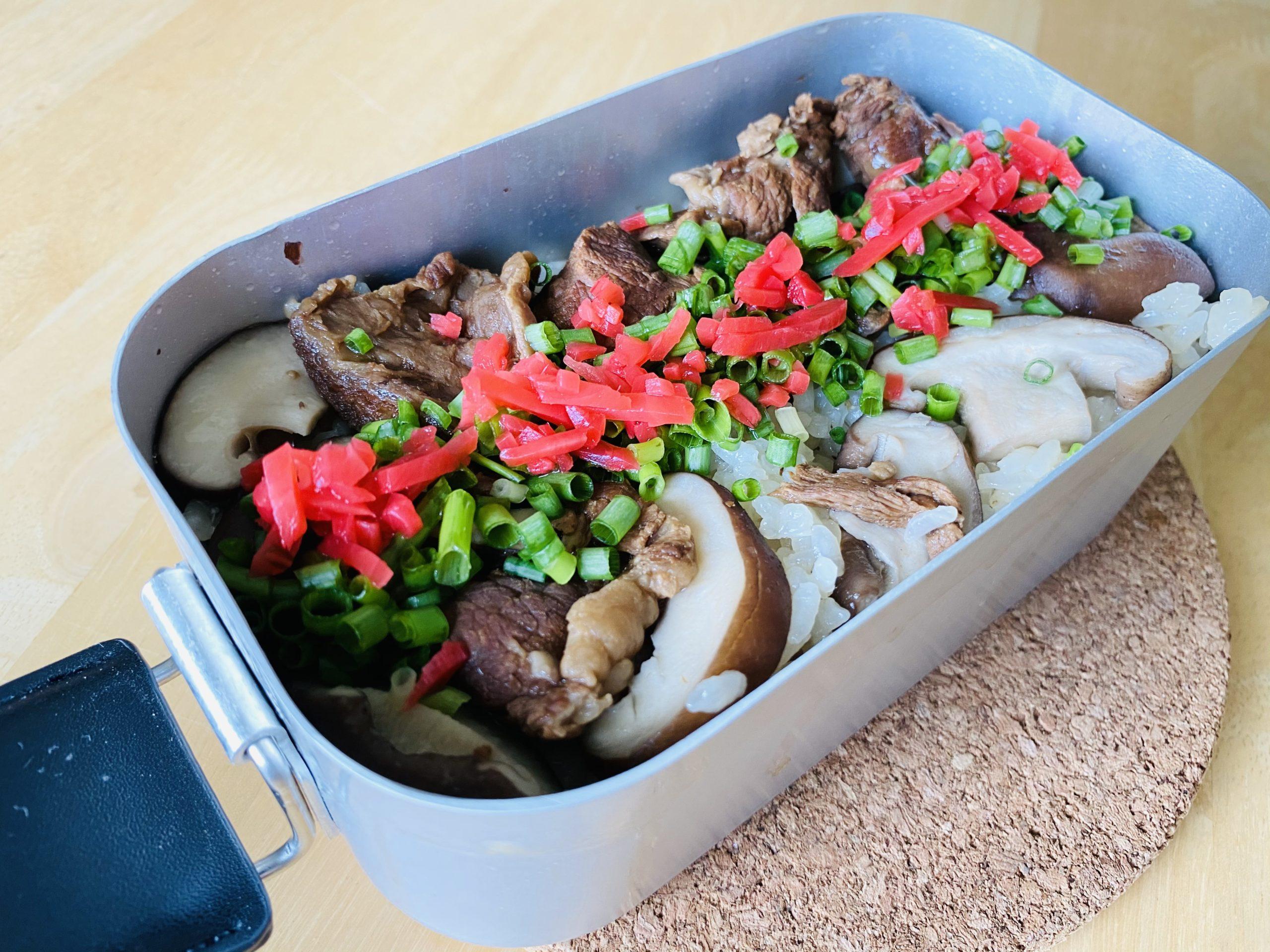 メスティン飯「牛すじタレの炊込みご飯」のレシピ