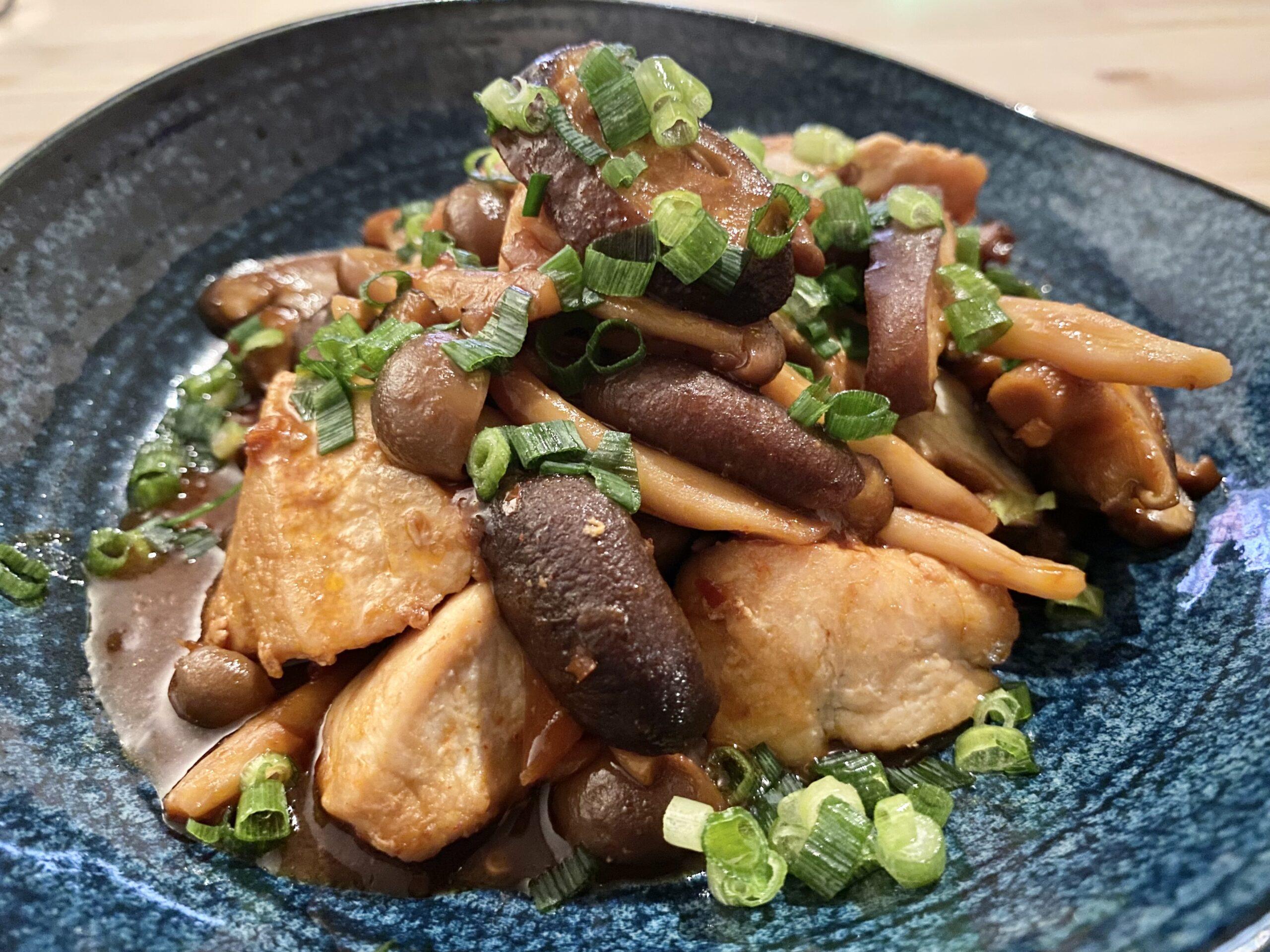 つくおきにも!「鶏むね肉とキノコのご飯がススム炒め」のレシピ